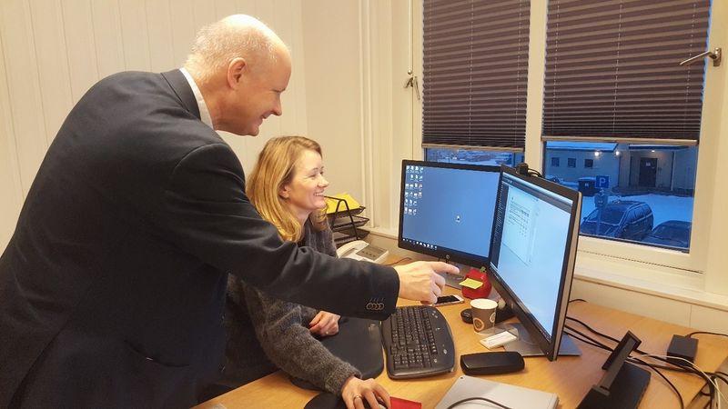 Rådmann Nina Øvergard og daglig leder i Datakortet, Bernt Nilsen.