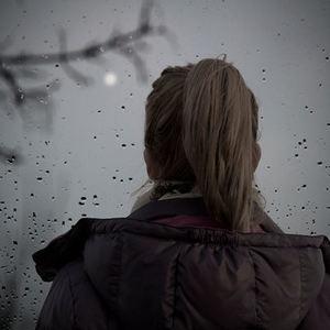 bs-Lonesome-girl-rain-110548313-400