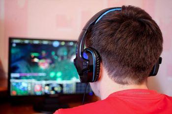 Gutt som spiller dataspill