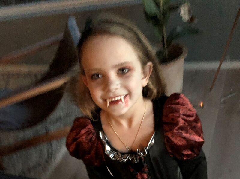 HALLOWEEN-HEKS: Smilende halloween-heks på en trygg og god halloween-fest.