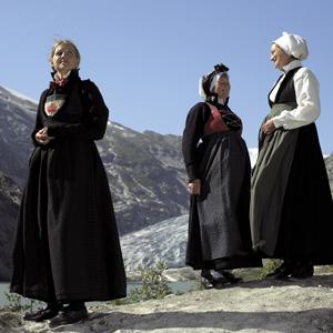 <br><i>Tre «Jostedalsryper» fotografert ved fronten av Nigardsbreen ein dag i august, då fjellet viste seg fram fra si aller vakraste side</i>