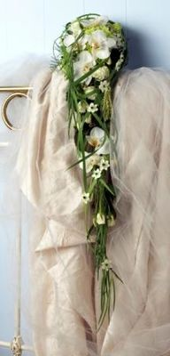 Lang, hvit med orkideklokker