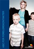 Bilde av ei mor med to sønner på forsiden av ABC for foreldrekontakter, hele publikasjonen kan lastes ned