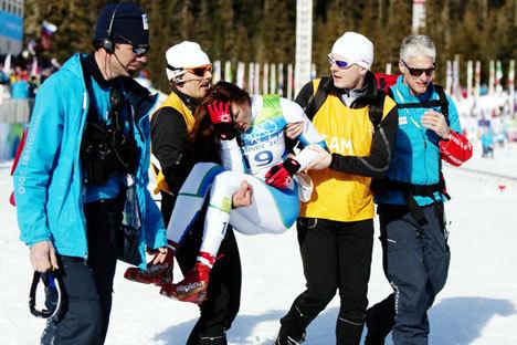 Petra Majdic bæres bort etter sprinten i går.