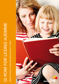 Bilde av ei jente som sitter på fanget til sin mor og de to leser ei bok. Dette er forsiden av Gi rom for lesing hjemme med råd og ideer til foreldre med barn på først trinn.