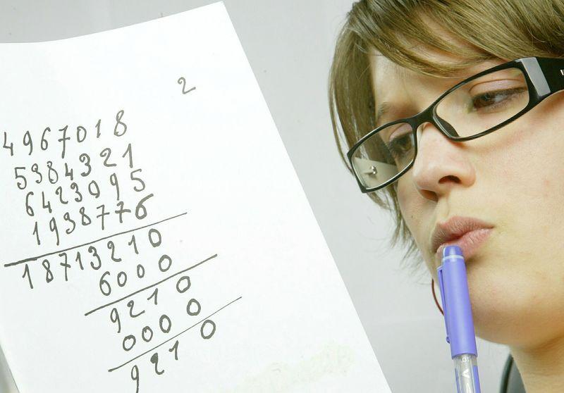 Jente kikker på et ark med mange tall