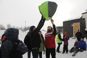 Elever ved Bjørnevatn og Zapoljarny skoler lager varmluftsballong