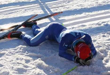 Utslitt skiløper etter Holmenkollen Skimaraton.