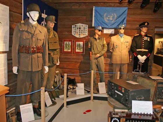 Bilde av utstillingsdukker med gamle militæruniformer