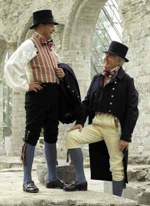 <br><i>Buksene på 1700-tallet var helst laget i skinn, elghud eller kalveskinn, men også av vadmel i svart eller grått. På Hedemarken ble det i denne tiden også brukt bukser i blå, gul eller brun fløyel, eller «skjegg» som det også ble kalt</i>