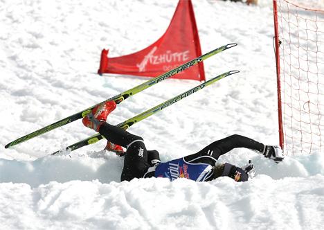 Korona gjør at skiidretten er tvunget i kne av våre styrende myndigheter. Her illustrert ved Petter Northug da skikunstneren hadde et av sine sjeldne fall, dette i forbindelse med Red Bull NordiX i Davos. Foto: Manzoni / NordicFocus.