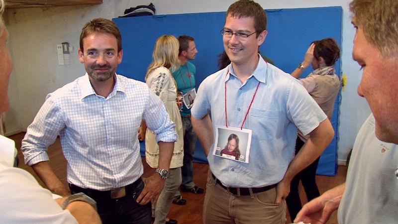 Bilde av foreldre i klassen som blir kjent med hverandre, har bilde av barnet rundt halsen