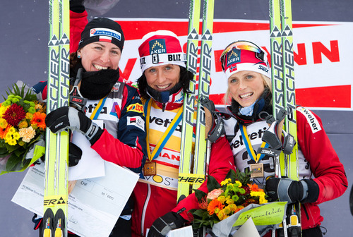 11.12.2010, Davos, Switzerland (SUI): (l-r) Justyna Kowalczyk (POL), Fischer, Salomon, Swix, Marit Bjoergen (NOR), Fischer, Rottefella, Swix, Therese Johaug (NOR), Fischer, Salomon, Swix  - FIS world cup cross-country, 10km women, Davos (SUI). www.nordicf