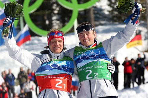 Øystein Pettersen og Petter Northug etter OL-gullet på team-sprinten i 2010. Foto: NordicFocus.