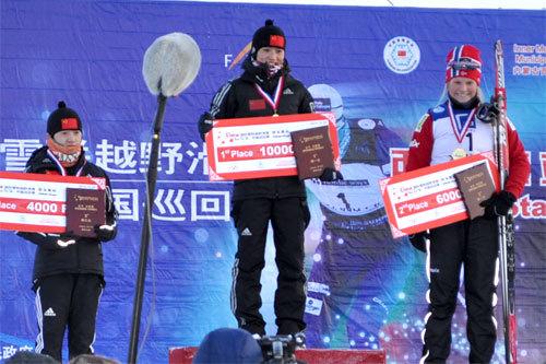 Tour de Ski China, bilde fra 2. etappe 2010. Fra venstre: Hongxue Li, Dandan Man og Mari Eide, Arrangørfoto.
