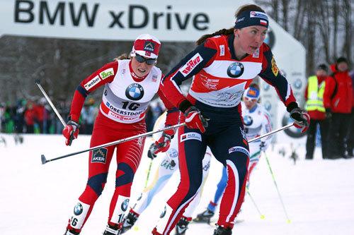Justyna Kowalczyk i front med Marthe Kristoffersen like bak. Tour de Ski 4. etappe 2011. Foto: Hemmersbach/NordicFocus.