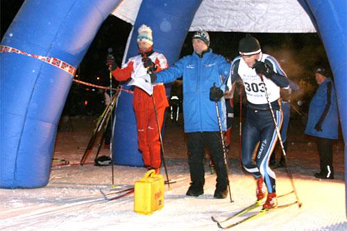 Tore Stokdal sender løpere avgårde i OBIK SKIGO Skikarusell. Foto: Torger Bjørnstad.