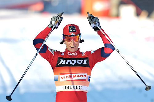 Marit Bjørgen vinner team-sprinten i verdenscupen i Liberec 2011 sammen med Maiken Caspersen Falla. Foto: Felgenhauer/NordicFocus.