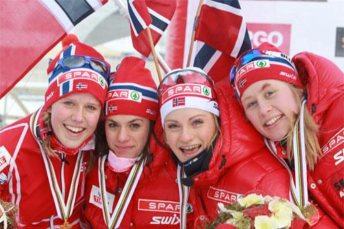 Norges gulljenter i stafetten under Junior-VM i Otepää. Fra venstre: Kari Øyre Slind, Heidi Weng, Martine Ek Hagen og Ragnhild Haga. Foto: Erik Borg.