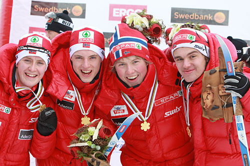 VM-gull til Norge på stafetten under junior-VM i Otepää 2011. Fra venstre: Sindre Bjørnestad Skar, Mathias Rundgreen, Emil Iversen, Varden og Erik Bergfall Brovold. Foto: Erik Borg.