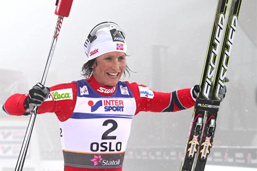 Marit Bjørgen etter gullet på 15 km med skibytte i Oslo-VM 2011. Foto: Hemmersbach/NordicFocus.