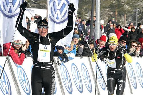 Stanislav Rezac inn til seier i Birkebeinerrennet 2011. Toeren Jörgen Brink i bakgrunn. Foto: Marius Gulliksrud.