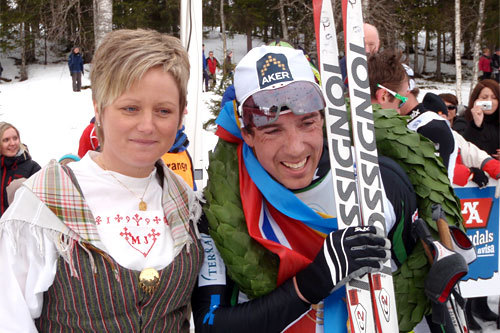Eldar Rønning og kransjenta Linda Junvald Ottosson på Flyktningerennet 2011. Arrangørfoto.