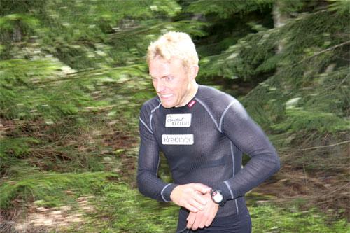Audun Laugaland løper intervaller med Team Unitedbakeries på Nannestad i mai 2011. Foto: Geir Nilsen/Langrenn.com.