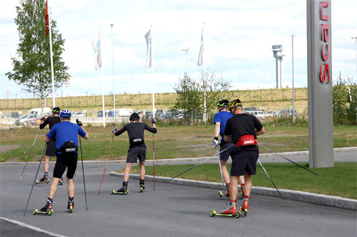 Team United Bakeries på vei ut på rulleski i forbindelse med samling på Nannestad i mai 2011. Foto: Geir Nilsen/Langrenn.com.