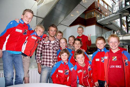 d32afe17 Petter Northug sammen med talenter fra Lyn Ski etter et foredrag i Oslo i  mai 2011