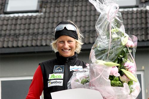 Vibeke Skofterud blir her hyllet av handelstanden i Mjøndalen og Nedre Eiker kommune hvor hun også tilbrakte mye tid, men hun var opprinnelig fra Slitu i Eidsberg kommune. Foto: Geir Nilsen/Langrenn.com.