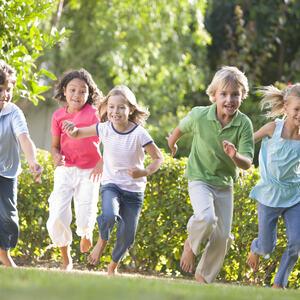 Barn som løper i gresset