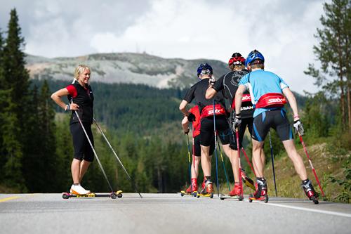 Anita Moen som instruktør for unge skiløpere. Foto: Privat.