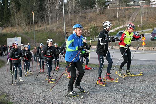 Oddvar Brå på Odlo sin re-lansering i Holmenkollen høsten 2011. Her i lyseblå jakke på trening med Heming-løpere. Foto: Erik Borg.