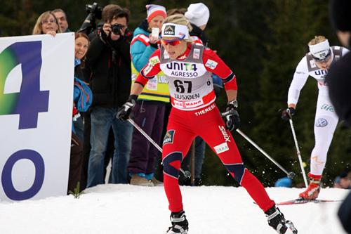Therese Johaug kjemper på i den tøffe løypa på Sjusjøen under verdenscupen 2011. Foto: Geir Nilsen/Langrenn.com.