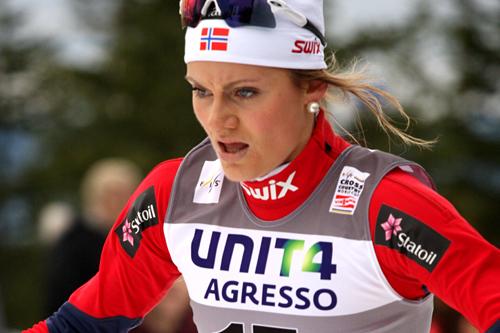 Martine Ek Hagen på vei mot 35. plass i verdenscupåpningen på Sjusjøen 2011. Foto: Geir Nilsen/Langrenn.com.