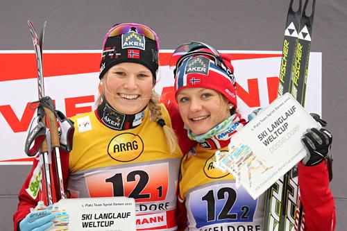 Mari Eide og Maiken Caspersen Falla stråler etter å ha vunnet verdenscupens teamsprint i Düsseldorf 2011. Foto: Hemmersbach/NordicFocus.