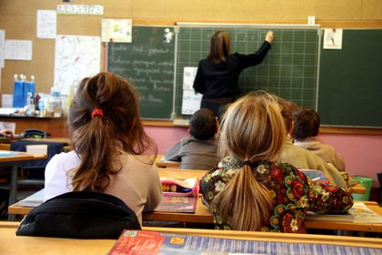 To jenter følger undervisningen
