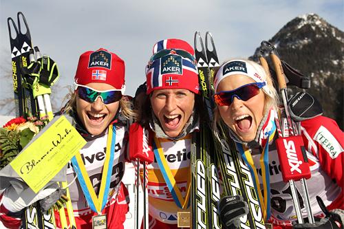 Stor norsk suksess i Davos med 5 norske blant de 6 beste. Fra venstre: Vibeke Skofterud (2), Marit Bjørgen (1) og Therese Johaug (3). Foto: Manzoni/NordicFocus.