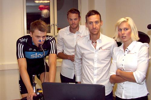 Edvald Boasson Hagen tester kroppen hos Melkesyrefabrikken. Jørgen Aukland, Kurt Asle Arvesen og Guro Strøm Solli følger med. Foto: Geir Nilsen/Langrenn.com.