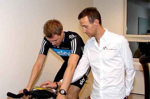 Edvald Boasson Hagen på sykkelen og Kurt Asle Arvesen hos Melkesyrefabrikken. Foto: Geir Nilsen/Langrenn.com.