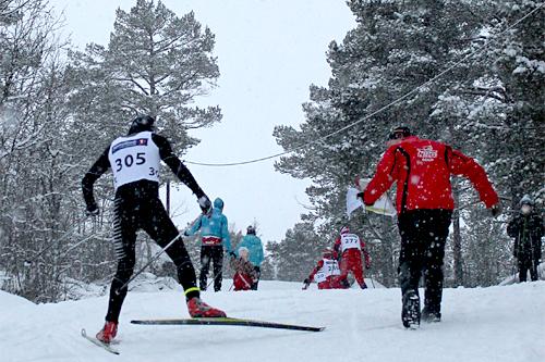 Chrisander Skjønberg Holth fra NTG Geilo og IF Birkebeineren mottar sekundering på vei mot 3. plass i klasse menn 18 år i Golrennet fra støtteapparatet i NTG Geilo. Foto: Privat.