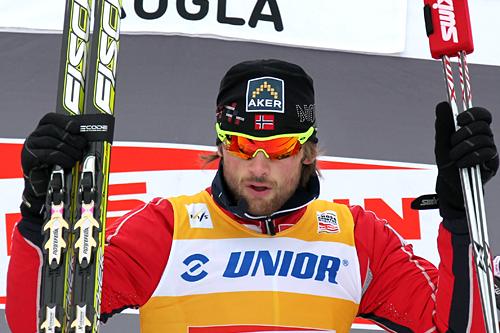 Petter Northug jubler etter seier på fellesstarten over 15 km i slovenske Rogla. Foto: Hemmersbach/NordicFocus.