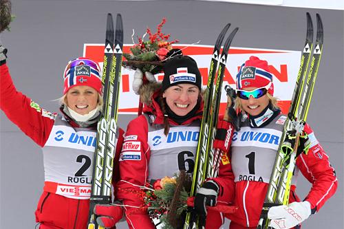 Seierspallen på damens 10 km fellesstart i klassisk stil i forbindelse med verdenscupen i Rogla 2011. Fra venstre: Therese Johaug (2), Justyna Kowalczyk (1) og Vibeke Skofterud (3). Foto: Hemmersbach/NordicFocus.