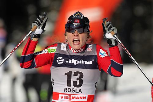 Maiken Caspersen Falla går inn til sin første verdenscupseier i forbindelse med sprinten i slovenske Rogla. Foto: Hemmersbach/NordicFocus.