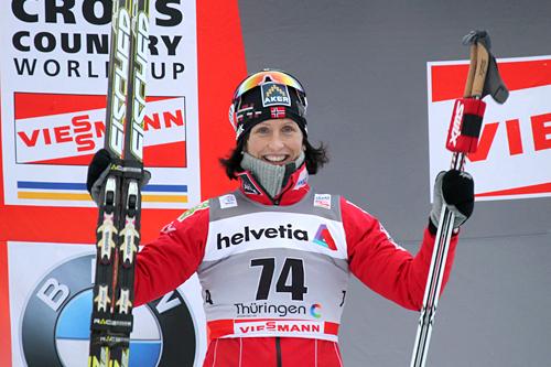 Fornøyd Marit Bjørgen selv om det manglet 4 tideler opp til Justyna Kowalczyk med tanke på seieren i Tour de Ski-prologen 2011/2012. Foto: Hemmersbach/NordicFocus.