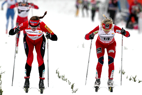 Intenst spurtoppgjør mellom Justyna Kowalczyk og Therese Johaug om seieren på Tour de Ski sin 2. etappe 2011/2012. Førstnevnte trakk det lengste strået med et par skotupper. Foto: Hemmersbach/NordicFocus.