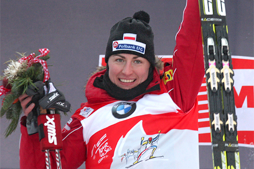 Justyna Kowalczyk jubler etter å tatt sin tredje etappeseier på rad i Tour de Ski 2011/2012. Foto: Hemmersbach/NordicFocus.