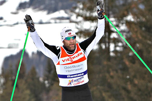 Odd-Bjørn Hjelmeset fra en seier i Tour de Ski sitt publikumsløp opp monsterbakken. Foto: NewsPower.it.
