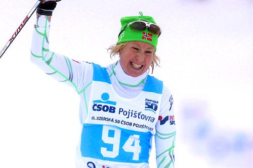 Sara Svendsen jubler over seieren i det 50 km lange Jizerska Padesatka 2012. Foto: Susanka/NordicFocus.